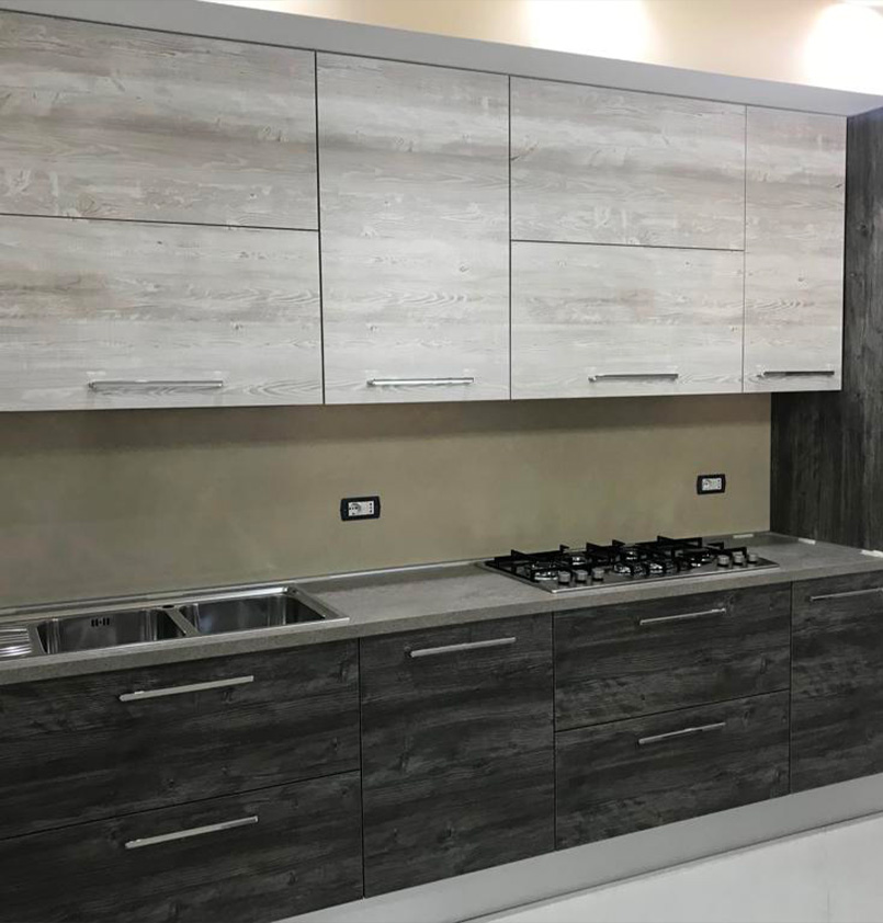 piano cottura in legno grigio e nero